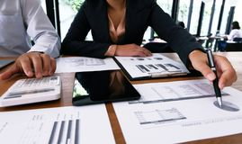 Executivos que encontram o worki do acionista profissional das ideias do projeto Fotografia de Stock Royalty Free