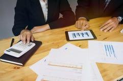 Executivos que encontram o worki do acionista profissional das ideias do projeto Imagens de Stock Royalty Free