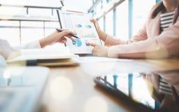 Executivos que encontram a parceria que discute o desempenho de vendas imagens de stock