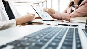 Executivos que encontram a parceria que discute o desempenho de vendas no escritório fotografia de stock royalty free