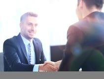 Executivos que encontram-se em um escritório moderno Fotos de Stock Royalty Free