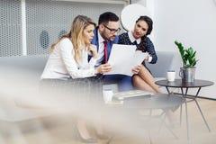 Executivos que encontram-se na sala de reuni?es moderna fotografia de stock royalty free