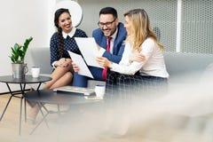 Executivos que encontram-se na sala de reuni?es moderna fotografia de stock