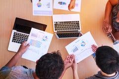 Executivos que encontram-se no conceito do escritório, usando ideias, cartas, computadores, tabuleta, dispositivos espertos no pl imagens de stock royalty free