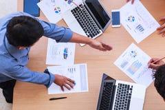 Executivos que encontram-se no conceito do escritório, usando ideias, cartas, computadores, tabuleta, dispositivos espertos no pl foto de stock