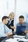 Executivos que encontram-se no escritório Fotografia de Stock Royalty Free