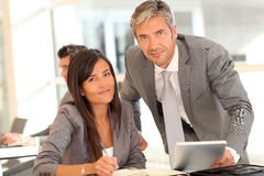 Executivos que encontram-se no escritório imagem de stock royalty free