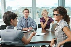 Executivos que encontram-se no escritório Imagens de Stock Royalty Free
