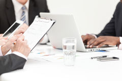 Executivos que escrevem a nota na reunião Imagem de Stock