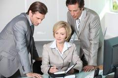 Executivos que escrevem a tâmara no diário imagem de stock