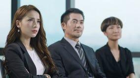 Executivos que escutam a apresentação
