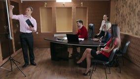 Executivos que escutam a apresentação no escritório vídeos de arquivo
