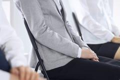 Executivos que esperam entrevistas de trabalho ou que participam na conferência no escritório, close-up Mulheres que sentam-se em imagens de stock