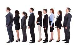 Executivos que estão na fila imagens de stock