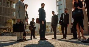 Executivos que estão na rua imagens de stock royalty free