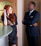 Executivos que estão no espaço de escritórios fotografia de stock royalty free