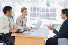 Executivos que falam durante a entrevista Fotos de Stock Royalty Free