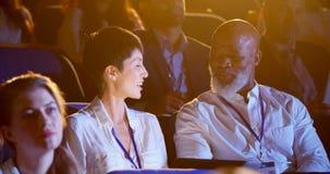 Executivos que falam durante o seminário do negócio no auditório 4k vídeos de arquivo