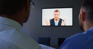 Executivos que falam durante a videoconferência 4k video estoque