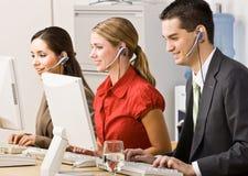 Executivos que falam em auriculares imagens de stock royalty free