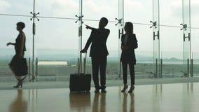 Executivos que falam no terminal de aeroporto filme