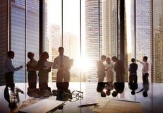 Executivos que falam o conceito de uma comunicação da conversação imagens de stock royalty free