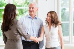 Executivos que fazem o aperto de mão após o acordo Imagens de Stock Royalty Free