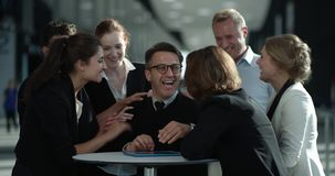 Executivos que felicitam o colega de trabalho