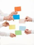 Executivos que guardam cartões coloridos Fotografia de Stock Royalty Free