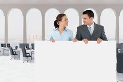 Executivos que guardam o cartão vazio no escritório Foto de Stock
