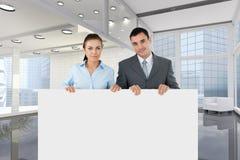Executivos que guardam o cartão vazio no escritório Imagem de Stock Royalty Free