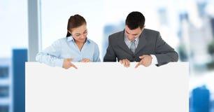 Executivos que guardam o cartão vazio no escritório Fotos de Stock