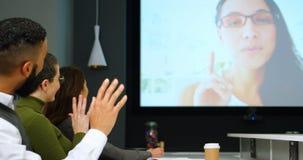 Executivos que interagem com a chamada video na conferência 4k vídeos de arquivo