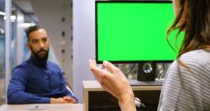 Executivos que interagem um com o otro na mesa 4k vídeos de arquivo