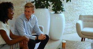 Executivos que interagem um com o otro na reunião video estoque