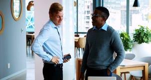 Executivos que interagem um com o otro na reunião vídeos de arquivo