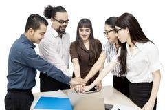 Executivos que juntam-se à tabela acima das mãos Fotos de Stock