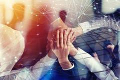 Executivos que juntam-se às mãos no escritório com efeito da rede Conceito dos trabalhos de equipa e da parceria Exposição dobro foto de stock royalty free