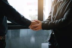 Executivos que mantêm as mãos unidas para o trabalho da empatia do apoio fotos de stock