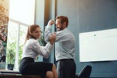 Executivos que mostram os músculos no escritório foto de stock