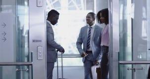 Executivos que obtêm no elevador no escritório moderno 4k vídeos de arquivo