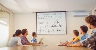 Executivos que olham a equação do fósforo na tela fotos de stock
