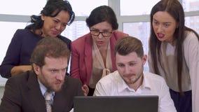 Executivos que olham o portátil video estoque