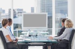 Executivos que olham uma tela fotos de stock royalty free