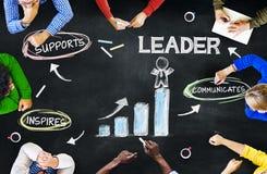 Executivos que planeiam a liderança com carta imagem de stock