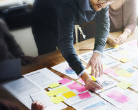Executivos que planeiam o conceito do escritório da análise da estratégia