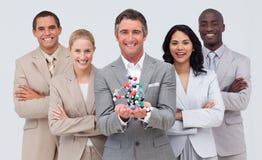 Executivos que prendem um modelo da molécula. foto de stock royalty free