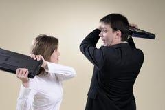 Executivos que preparam-se para lutar com portáteis Imagens de Stock Royalty Free