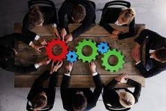Executivos que recolhem rodas denteadas Imagens de Stock