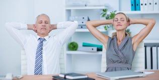 Executivos que relaxam em cadeiras de giro fotos de stock royalty free